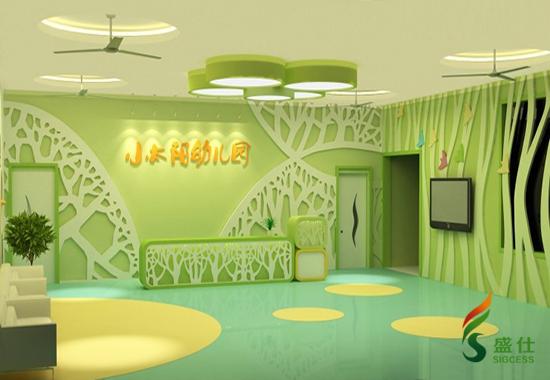 幼儿园适合什么样的地板? 幼儿园塑胶地板近年来被广泛应用在儿童活动的重要场所,受到人们的青睐。幼儿园地板是为幼儿专业设计的,与木质地板、人造复合板、塑料地板等材料的地板相比,综合性能更加卓越,而且零污染,没有甲醛等有害气体释放,更安全,是最适合幼儿园使用的地板。 幼儿园地板主要有以下优点: 1、绿色环保:合格的幼儿园塑胶地板是环保的,是国际公认的环保地板。 2、弹性佳,更安全:幼儿园塑胶地板属于弹性地材,有一定的减震效果。小孩喜欢蹦跳、容易摔跤,幼儿园地板的这一特性可以起到一定的保护作用。  SIGCE